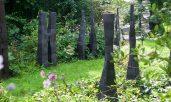 Stelen in Reihe: Klinkerton, Höhe 128 – 190 cm