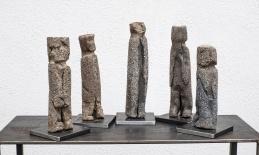 """steife Gesellschaft"" Steinzeug, Sand, Metallsalze, h 27 cm"